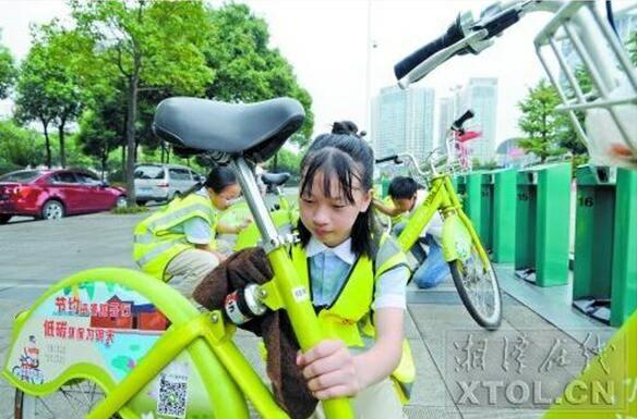 """湘潭34名小志愿者为公共自行车""""美容"""""""